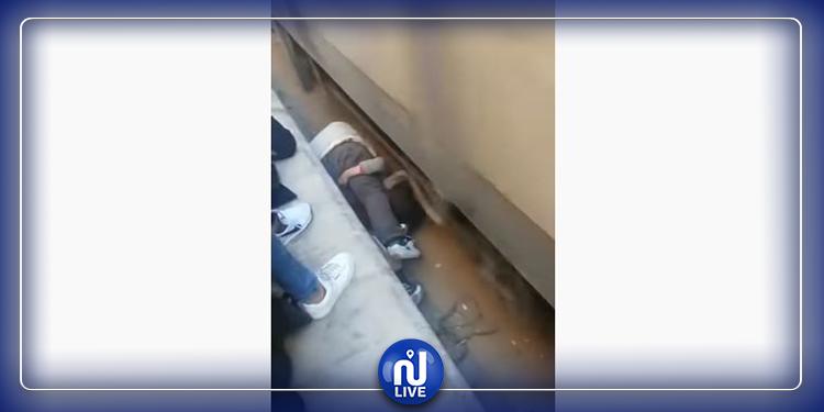 فقدت الوعي في السكّة: أب ينقذ ابنته من موت محقق (فيديو)