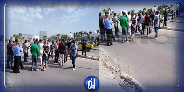 جربة: عدد من عمال النزل يغلقون الطريق