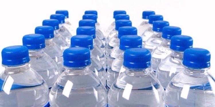 دراسة: قوارير المياه المعدنية ملوّثة بجزئيات بلاستيكية