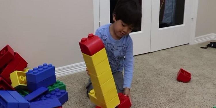 طفل في السادسة من عمره يربح 11 مليون دولار من ''يوتيوب'' (فيديو)