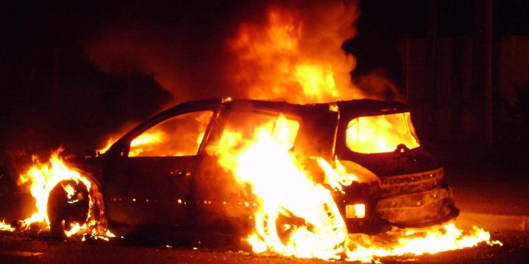 شاب يحرق 3 سيارات في باجة