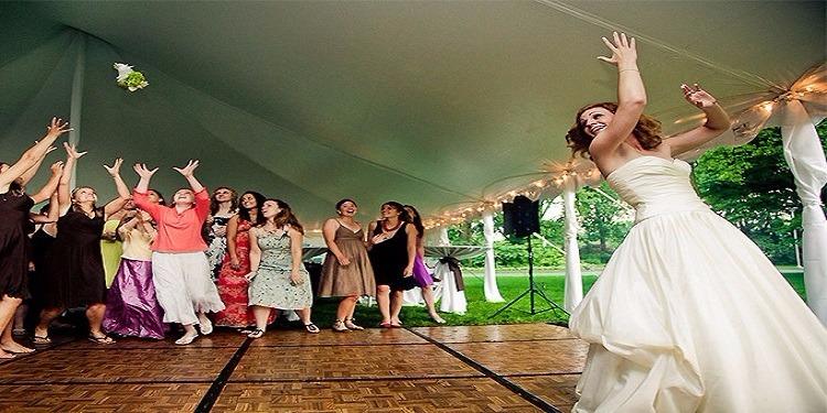 عروس ترمي باقة الزهور في زفافها.. فالتقطتها عجوز تبحث عن عريس (فيديو)