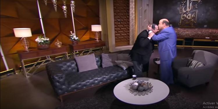 الاعلامي المصري عمرو أديب يصر على تقبيل رأس لطفي بوشناق على الهواء (فيديو)