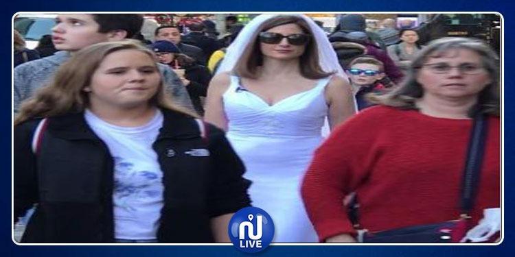 طريقة غريبة: تتجول في الشوارع بثوب زفاف بحثا عن عريس (صور)