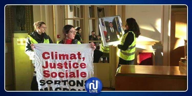 Des militants écologistes volent le portrait de Macron