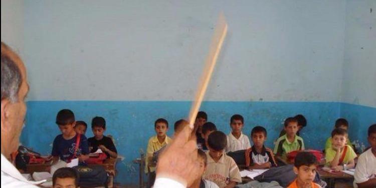 معلم يسخر من طالب من ذوي الإحتياجات الخاصة ويضعه في حاوية نفايات