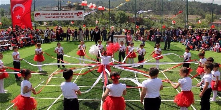 الأطفال السوريون اللاجئون يحتفلون بعيد الطفولة في تركيا