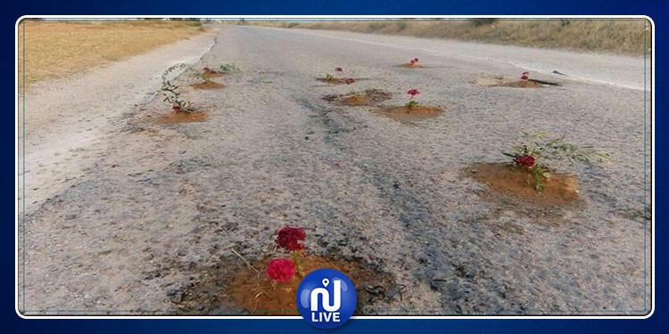 في حركة إحتجاجية: مواطنون يغرسون الورود في حفر وسط الطريق
