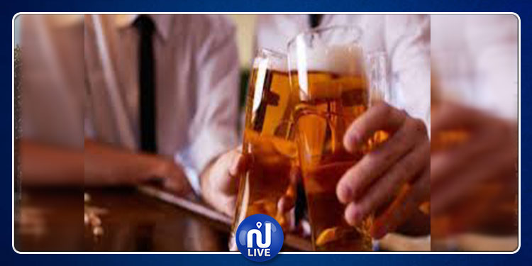 بريطانيا: يستهلكون الحشيش ويشربون الكحول مع أبنائهم لكسب ثقتهم