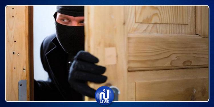 لص إنتهازي ينفذ عملية سرقة مشينة