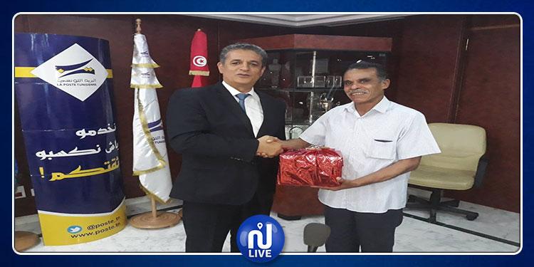 تكريم مواطن أعاد 800 دينار إلى البريد التونسي(صور)