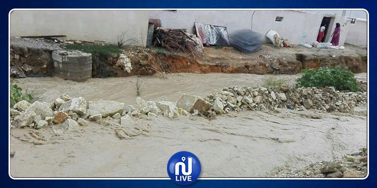 مياه الأمطار تغمر منازل المواطنين في المرناقية (صور)