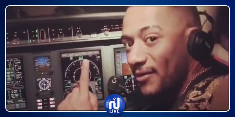 محمد رمضان يعلق على إعفاء طيار من مهامه بسبب صورة له