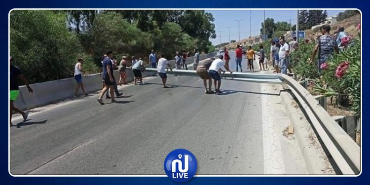 متساكنو مدينة العالية يغلقون الطريق السيارة تونس- بنزرت