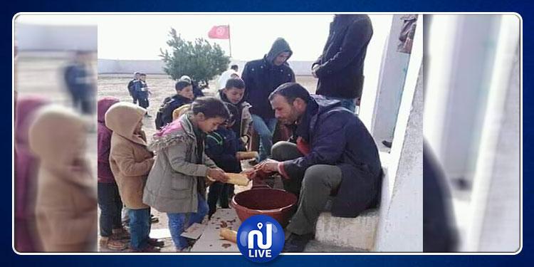صورة اليوم من القصرين: ''كسكروت بالهريسة في سطل'' لمجة للتلاميذ