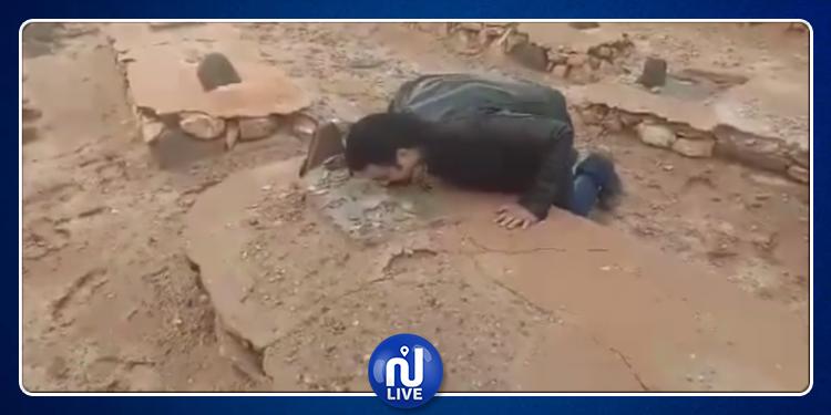 بعد سنوات من البحث: ممثل يعثر عل قبر والده في الصحراء(فيديو)