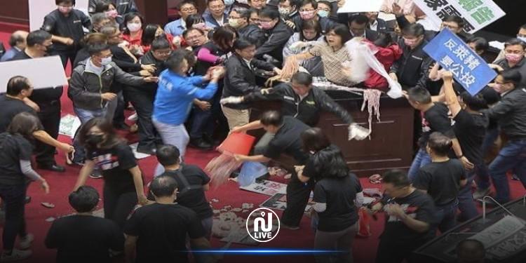 نواب البرلمان التايواني يتراشقون بأحشاء الخنازير(فيديو)