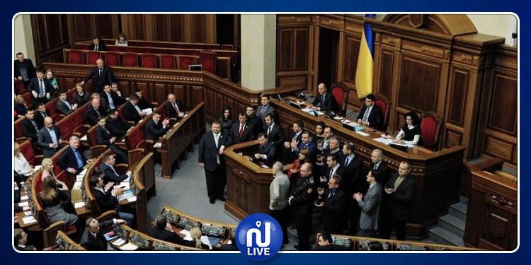البرلمان الأوكراني يوقع قانونا لسحب الثقة من رئيس الدولة