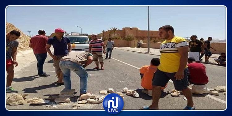 تمغزة: الأهالي يغلقونالطريق بسبب تواصل انقطاع مياه الشرب