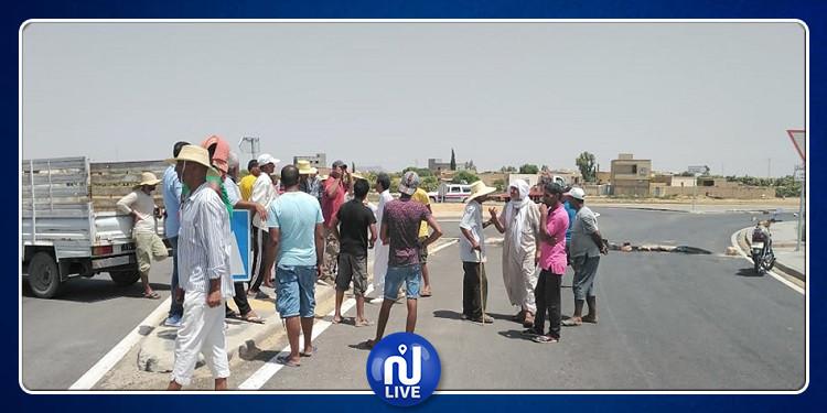 سيدي بوزيد: غلق الطريق احتجاجا على انقطاع الماء الصالح للشرب (صور)
