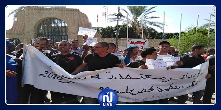 توزر: وقفة احتجاجية لعمال الحضائر للمطالبة بتفعيل بنود الاتفاق القاضي بتسوية وضعيتهم