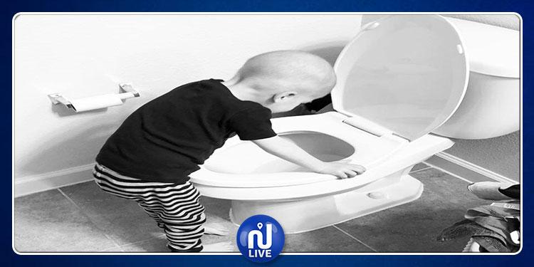 صورة ''موجعة'' لطفل مريض بالسرطان وأخته تسنده عند المرحاض تشعل مواقع التواصل