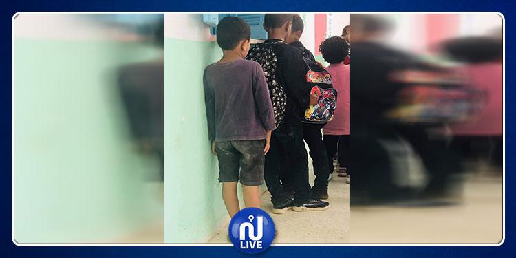 الكاف.. صورة موجعة لطفل يلبس حذاء والدته في المدرسة تثير غضب رواد مواقع التواصل الاجتماعي (صور )