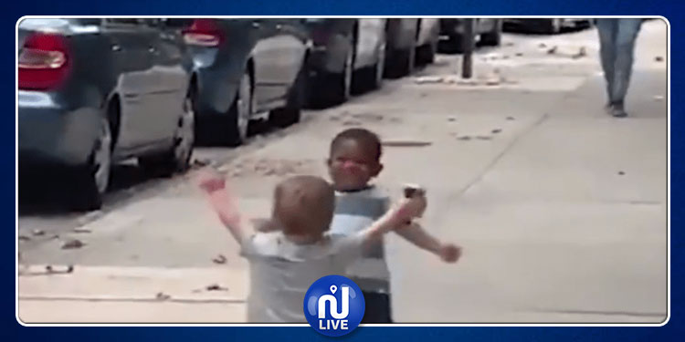 عناق خاص لطفلين صغيرين يحقّق ملايين المشاهدات ''فيديو''