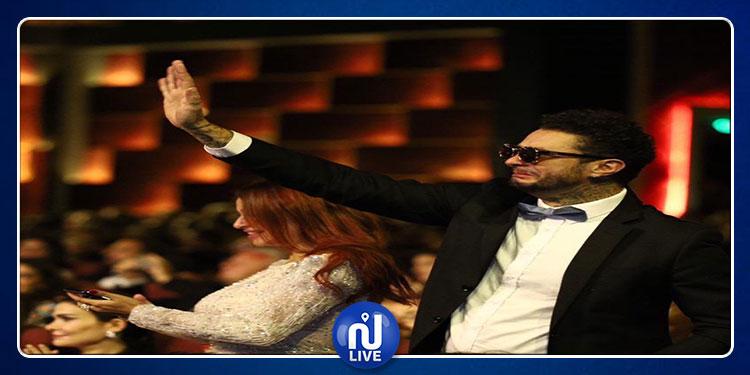 في افتتاح الجونة.. أحمد الفيشاوي يثير الجدل بتقبيل زوجته (صور)
