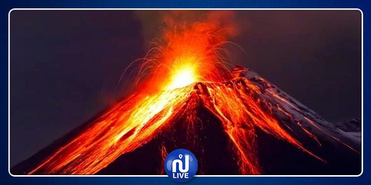 روسيا: بركان يقذف عمودا من الرماد بارتفاع 9 كم