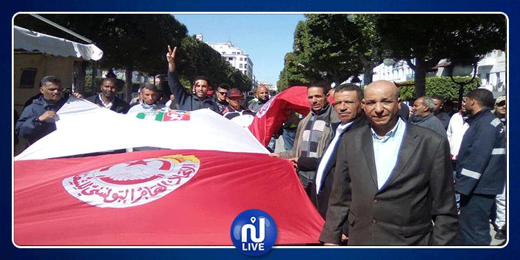 تجمع عمالي كبير لأعوان البلديات في شارع الحبيب بورقيبة