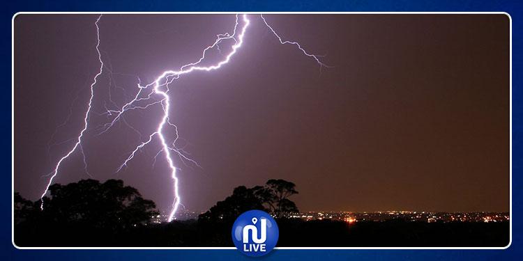الرصد الجوي: أمطار رعدية بأغلب المناطق وظهور صواعق