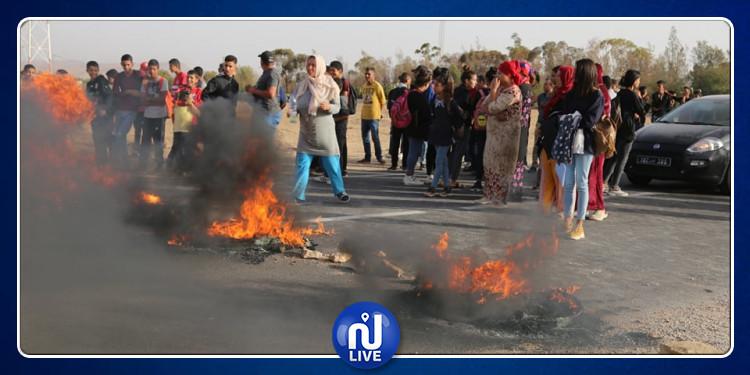 إغلاق الطريق الوطنية عدد 14 الرابطة بين قفصة وصفاقس (صور)