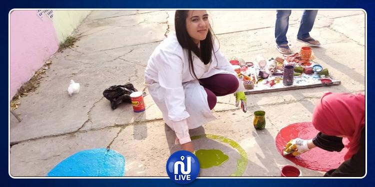 طلبة يقومون بتزويق ساحة مدرسة إبتدائية بدار شعبان الفهري (صور)