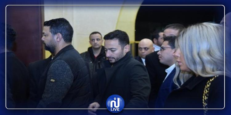 حماده هلال يتصور مع معجبيه في عزاء والد إيهاب توفيق (فيديو)