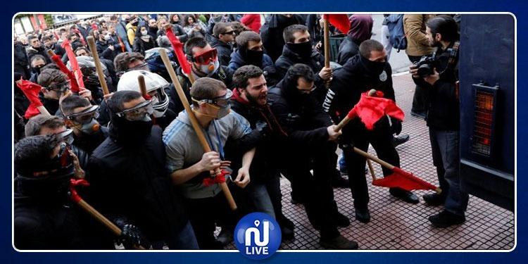 مدرّسو اليونان يقتحمون التلفزيون الرسمي أثناء البث المباشر (صور)