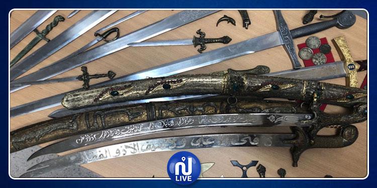 المرسى: حجز بنادق صيد وأسلحة بيضاء داخل منزل (صور)