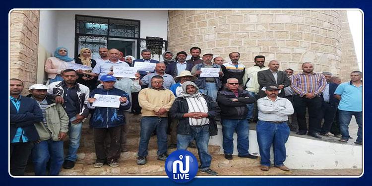 تطاوين: وقفة احتجاجية لأعوان بلدية البئر الأحمر إثر الاعتداء ماديا على الكاتب العام (صور)