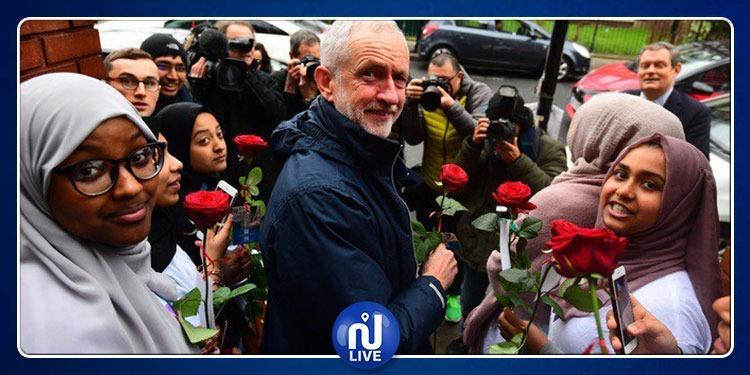 رشق زعيم المعارضة البريطانية بالبيض خلال زيارته لمسجد