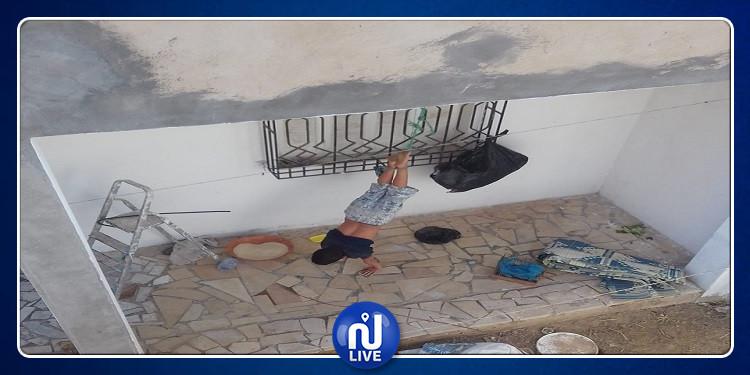 صورة لولي تونسي يعلق طفله تثير ضجة بـ''الفايسبوك