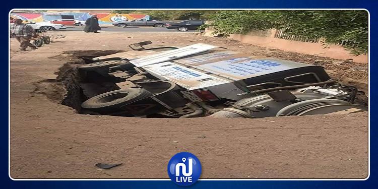 مصر: حفرة عملاقة  تبتلع شاحنة وتصيب شخصين (صور)
