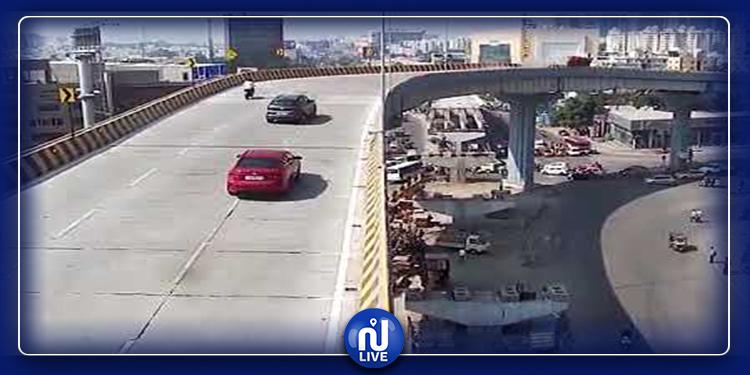 سقوط سيارة من أعلى جسر على رؤوس المارة بالهند (فيديو)
