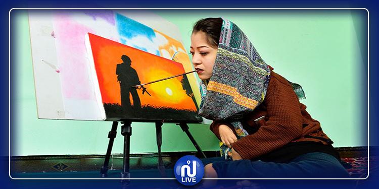 Elle défie les préjugés, cette jeune Afghane peint avec la bouche