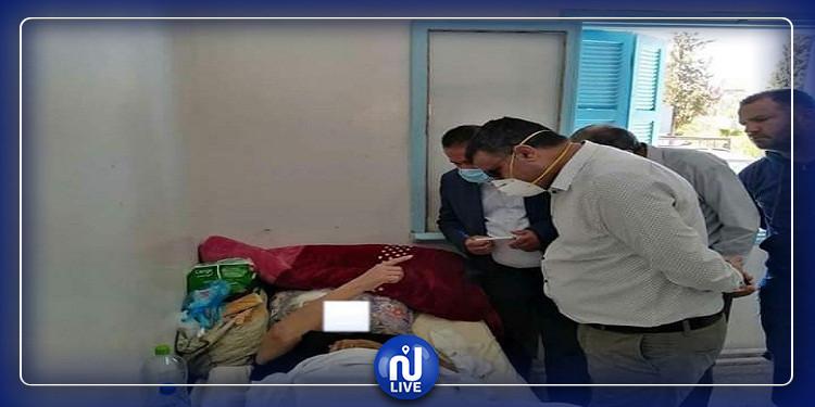 سيدي بوزيد: زيارة الوالي للمرأة المقعدة وتقديم الرعاية اللازمة لها (صور)