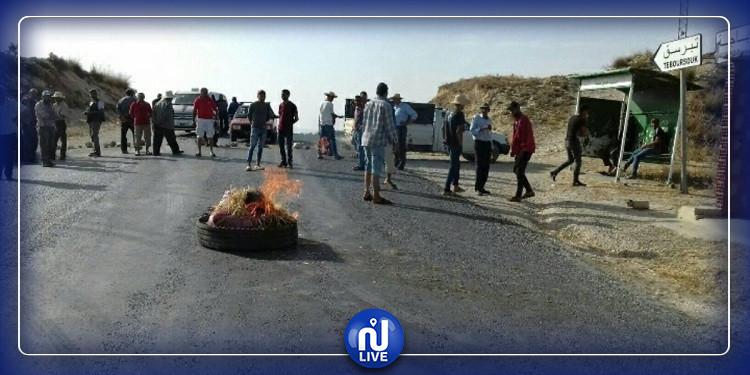 غلق الطريق الرابطة بين باجة وتبرسق احتجاجا على انقطاع الماء بمنطقة عين مليتي(صور)