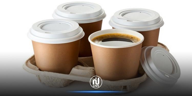 علماء يحذرون من شرب الشاي أو القهوة في أكواب ورقية