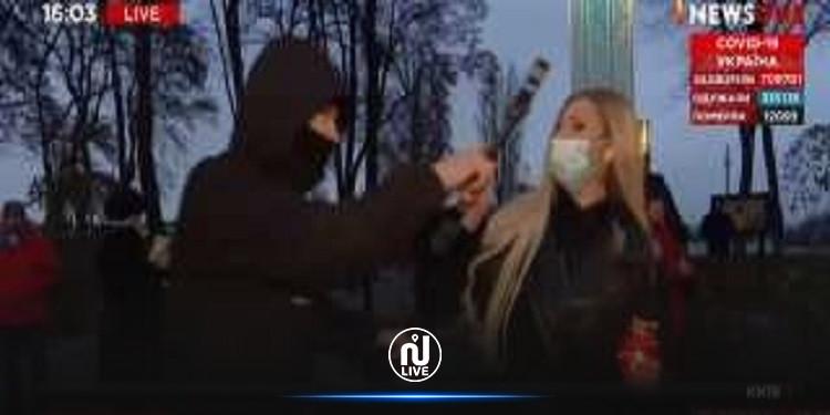 أثناء البث المباشر.. مراسلة تتعرض لهجوم في كييف (فيديو)