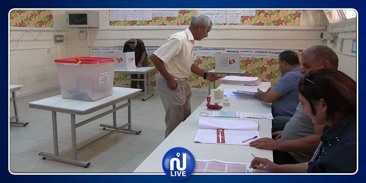 قفصة : مراكز الاقتراع تفتح أبوابها  في موعدها لانتخاب 7 نوّاب (صور)