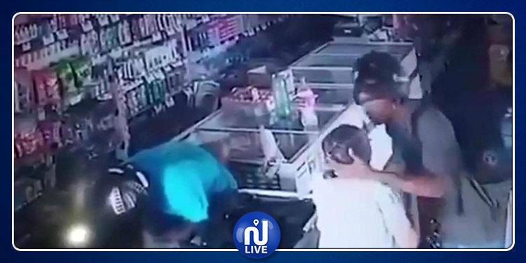 في حادثة الأغرب من نوعها.. لص يقبّل جبين عجوز بدل سرقتها !