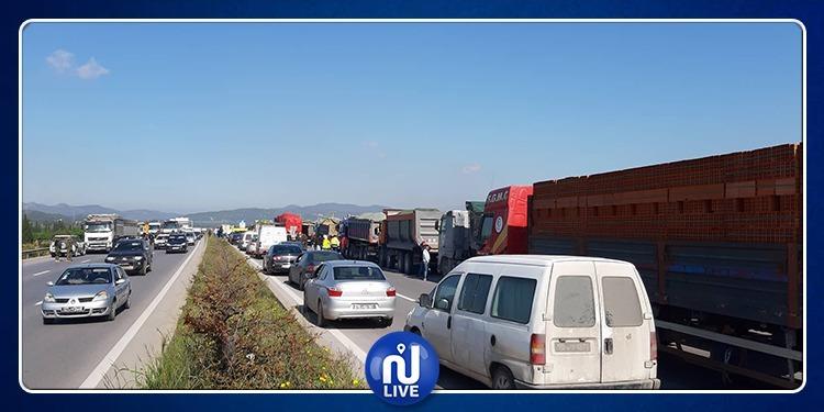 سواق الشاحنات الثقيلة يغلقون الطريق السيارة على مستوى قرمبالية